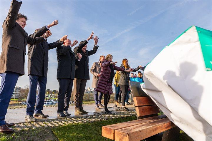 Onthuilling van de eerste gedichtenbank bij de opening van de verhoogde zeedijk