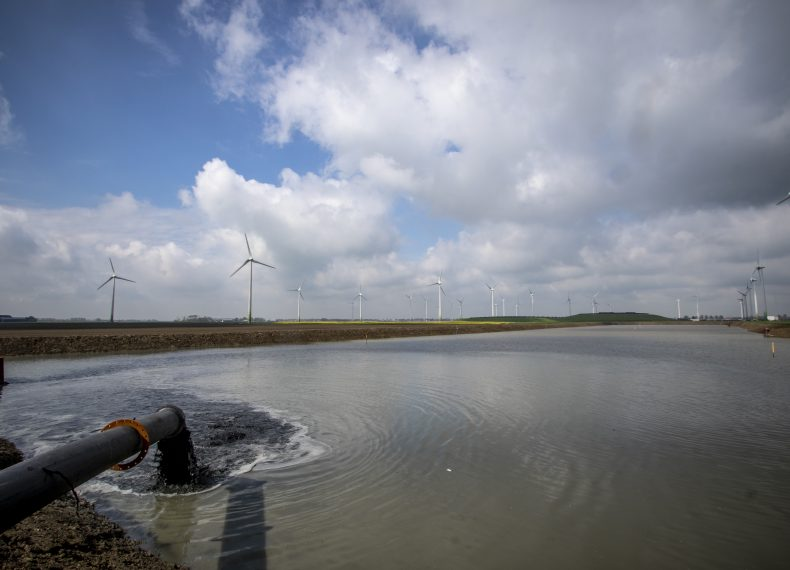 Bij Borgsweer wordt het eerste perceel landbouwgrond opgehoogd met slib (foto waterschap Hunze en Aa's)
